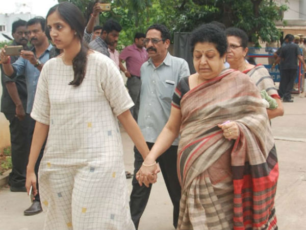 nandamuri harikrishnas wife Shalini reaches his house