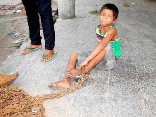 Boy tied to pole with chains for robbing slippers in clinic