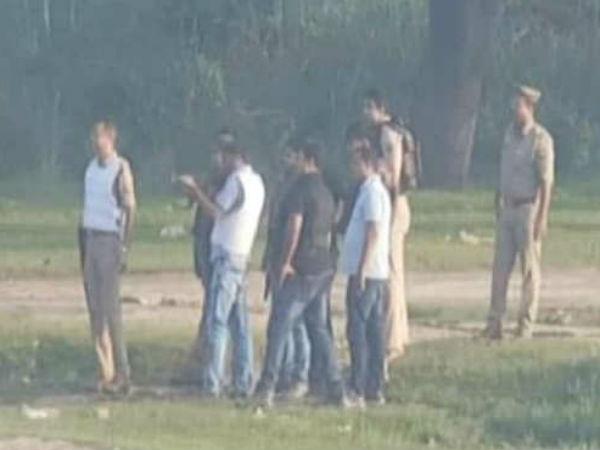 మీరూ రండి!: యూపీలో మీడియా సాక్షిగా పోలీసుల లైవ్ ఎన్కౌంటర్ (వీడియో)