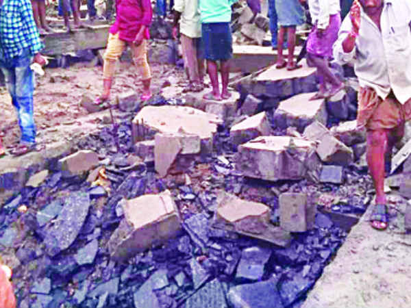 Prakasham district: Granite factory shed collapsed...three dead and 10 injured