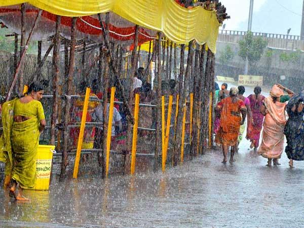 బెజవాడలో భారీ వర్షం...తడిసి ముద్దయిన కనక దుర్గమ్మ భక్తులు