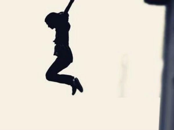 ఇష్టపడి ఒకరితో శృంగారం, రెండో వ్యక్తి రేప్ ప్రయత్నం: నగ్నంగా మూడో అంతస్తు నుంచి దూకిన యువతి