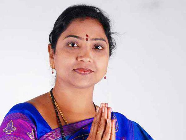 ఖానాపూర్లో తెరాసకు 'డబుల్' షాక్: పూర్తిగా నింపని రేఖానాయక్, ఓ కాలమ్ ఖాళీ