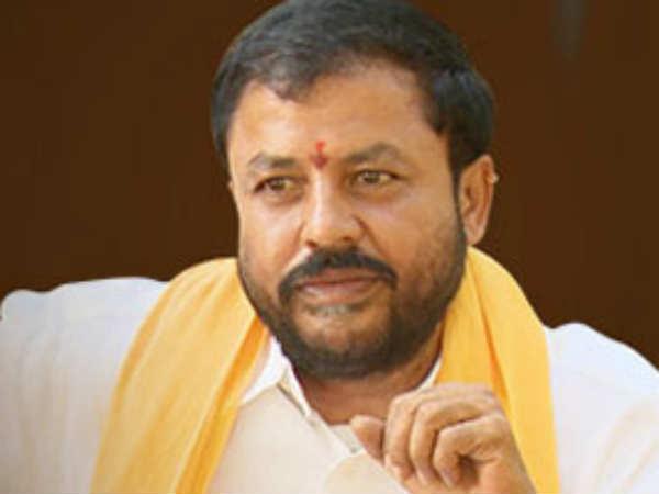 నన్నే గుర్తుపట్టరా : టోల్ గేట్ సిబ్బంది పై చిందులు : కారు వదిలేసి బస్సులో