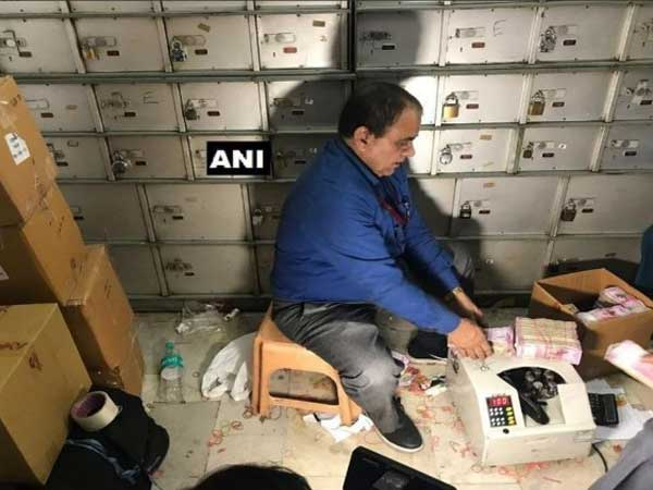 it officers bust hawala lockers and seized 25 crores