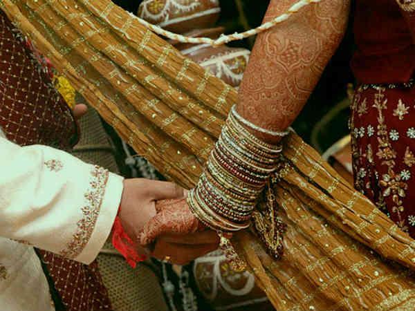 పెళ్ళిలో డబ్బు వెదజల్లిన ఘనుడు  ... డబ్బు ఎక్కువైతే మాకివ్వరా బాబు అంటున్న నెటిజన్లు  !