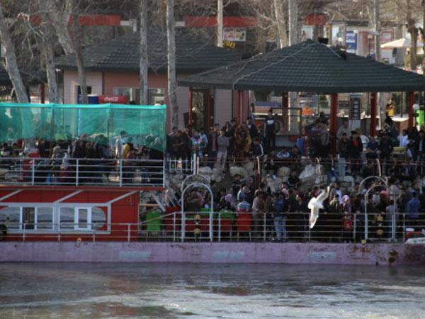 వేడుకల కోసం వెళ్తుండగా విషాదం : ఇరాక్లో పడవ బోల్తా, 100 మంది మృతి ?