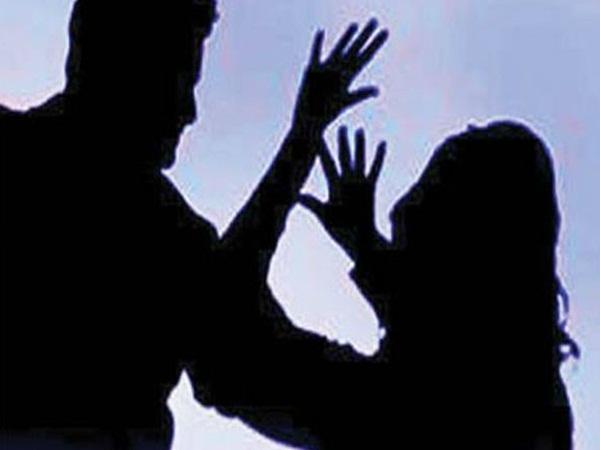 నిశ్చితార్ధం చేసుకుందని కత్తెరతో దాడి చేసిన ప్రేమోన్మాది .. యువతికి తీవ్ర గాయాలు
