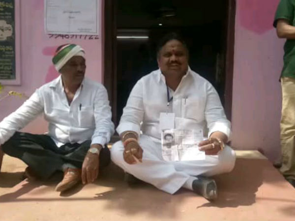 medak congress candidate protest, at polling booth