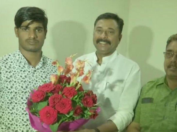 Bhopal BJP felicitates Amit Mali the youth who outwitted Digvijay Singh