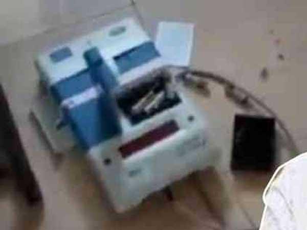 <strong>ఏమైందో తెలియాలి: ఓటేసిన పవన్ కళ్యాణ్, ఈవీఎం ధ్వంసం.. జనసేన అభ్యర్థి అరెస్ట్! ఏం జరిగిందంటే?</strong>