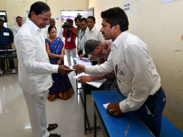 Cast vote .. CM KCR in Chintamadaka , KTR in Banjara hills , Narasimhan in Somajiguda