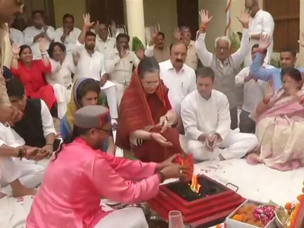 Sonia performs big Pooja accompanied by Rahul and Priyanka before filing nomination in Raebareli