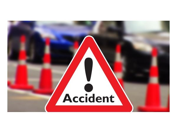 bizare accident in mumbai, two cars crash, 6 die