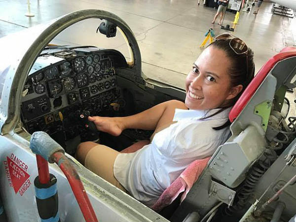 Woman who has no arms gets pilot license