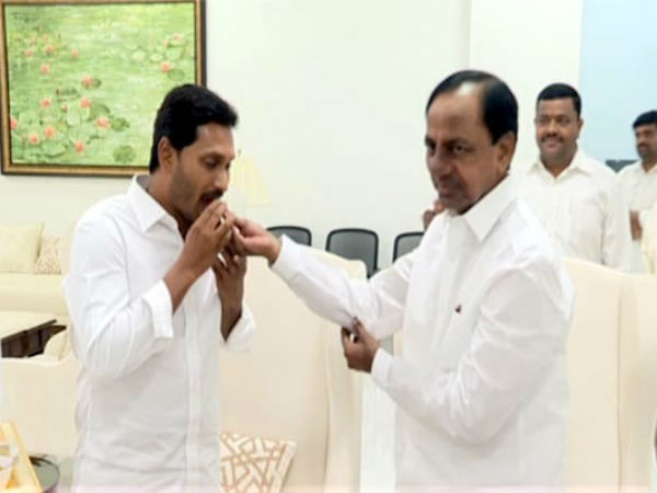 Governor invited Jagan to form new govt ini AP..Kcr grand welcome for Jagan in his camp office.