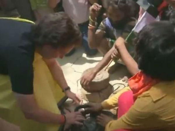 Priyanka Gandhi holding cobra snakes.!courragious Indira grand daughter.!!