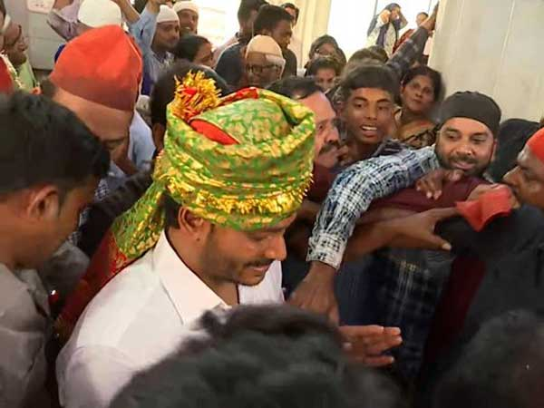 YSRCP President YS Jagan visited Ameenpeer Dargah at Kadapa