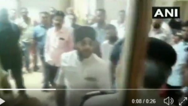 Congress leader misbehaves with a police personnel