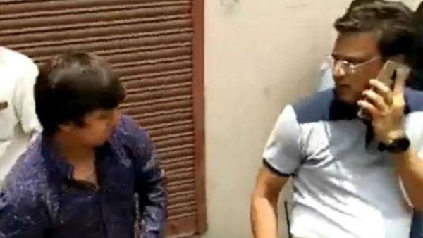 ఎమ్మెల్యేనా మాజాకా : బ్యాటుతో మున్సిపల్ అధికారిపై దాడి .. అరెస్ట్ .. కారణమిదే .? (వీడియో)