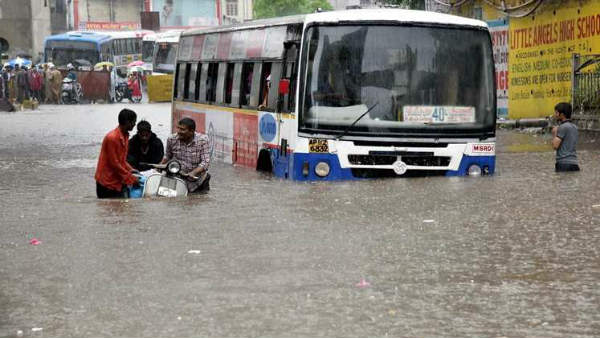Heavy Rains In Hyderabad water flows on roads
