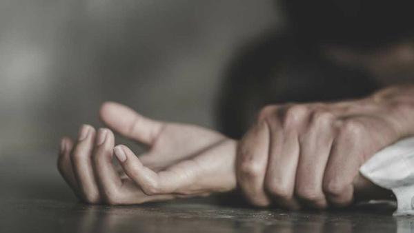 నాలుగేళ్ల చిన్నారిపై రేప్.. డాక్టర్లను చితకబాదిన బంధువులు (వీడియో)