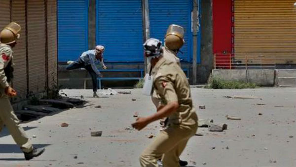 8 10 Cars Damaged During Stone Pelting In Kashmir