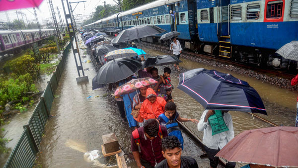 Heavy Rainfall hits Mumbai, IMD issues red alert