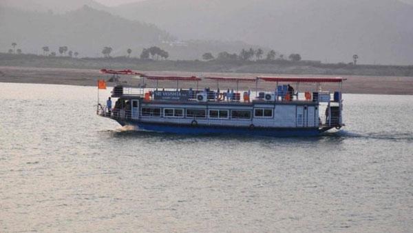 బ్రేకింగ్ : గోదావరిలో లాంచీ మునక.. 47 మంది గల్లంతు..! సీఎం ఆరా