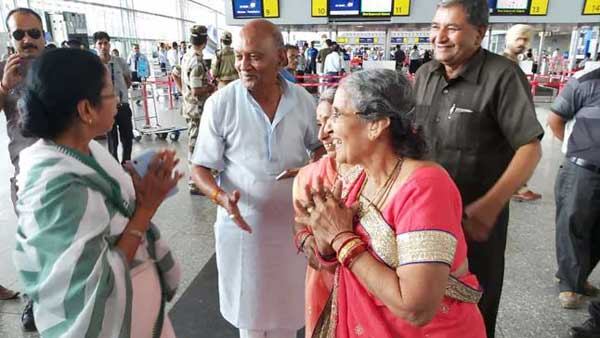 Mamata Banerjee meets Jashodaben in airport, gifts her saree