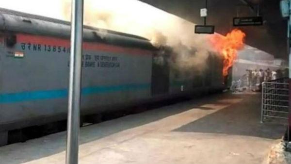 ఢిల్లీ రైల్వే స్టేషన్ భారీ అగ్ని ప్రమాదం: ఎక్స్ప్రెస్ రైలులో మంటలు, ప్రయాణికుల పరుగు