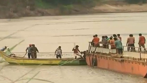 Dharmadi satyam team success in found the boat capsized in River Godavari and brought up to out side