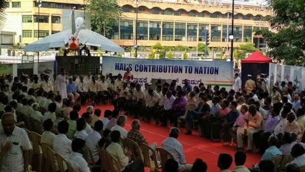 సమ్మె బాట పట్టిన 20వేల మంది హాల్ కార్మికులు...వేతనాల పెంపునకు డిమాండ్