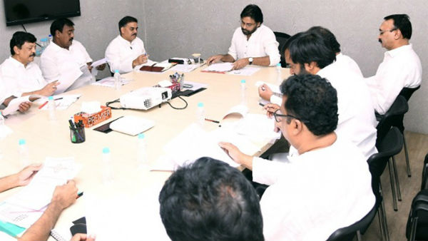 కేసీఆర్ సర్కారును తలదన్నేలా జగన్ ప్రభుత్వం: పవన్ కళ్యాణ్, విశాఖలో భారీ ర్యాలీ