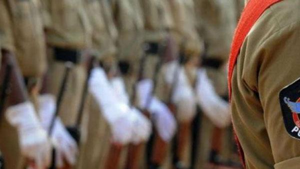 మేలా? ఫిమేలా?: లింగ నిర్ధారణ కోసం హిజ్రాపై వేధింపులు..పోలీసుల బరితెగింపు