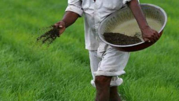 తహశీల్దార్ ఆఫీసు వద్ద రైతు.. పురుగుల మందు డబ్బాతో... ఇళ్లు, భూమి పట్టా చేయడం లేదని....