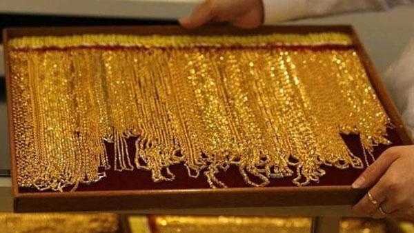 Today gold price: స్వల్పంగా తగ్గిన బంగారం ధరలు, వెండి ధర కూడా