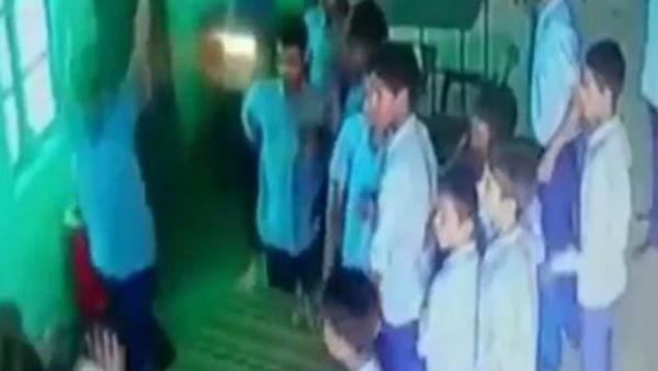 పాఠశాలలో దారుణం: మహిళా టీచర్పై కుర్చీలతో విద్యార్థుల దాడి(వీడియో)
