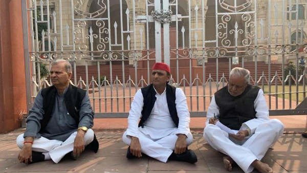 Unnao incident: Akhilesh stages Dharna, demands justice for victims family