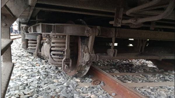 Tirupati Shirdi Express: పట్టాలు తప్పిన తిరుపతి-షిర్డీ ఎక్స్ ప్రెస్.. !