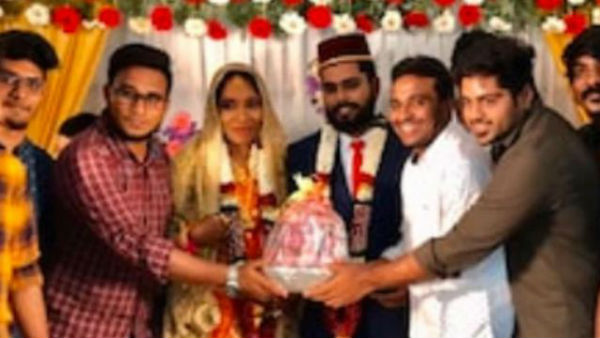 Viral:Newly wedded Couple in Tamilnadu recieves Onion boquet as gift
