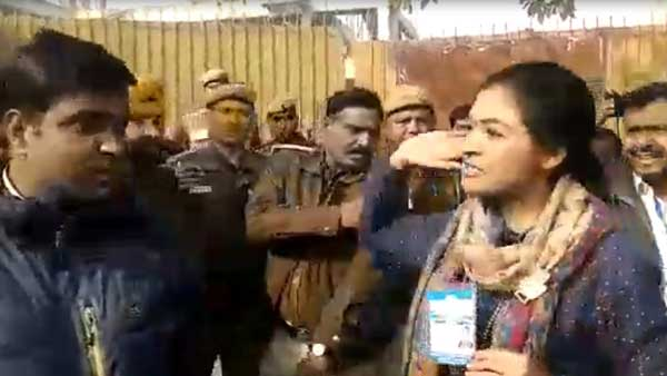 Alka lamba tries to slap the AAP worker, Here is the video