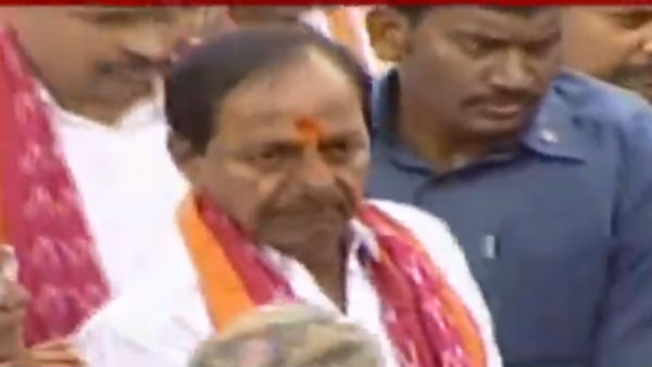 cm kcr offer prayer to Sammakka Saralamma