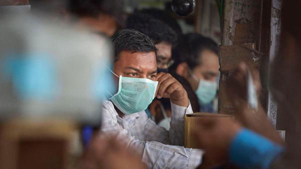 గాంధీ ఆస్పత్రి నుంచి కరోనా బాధితుడి పరారీ: పోలీసుల గాలింపు