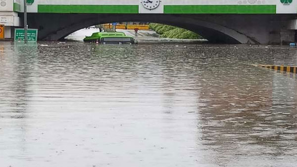 delhi rains: national capital receives heavy rain and flood, several died, washing away houses