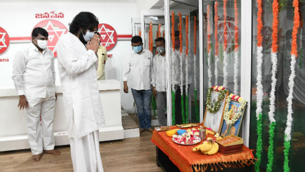 pawan kalyan hoisted flag at independence day celebrations at hyd janasena office
