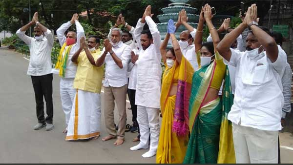 TDP former minister N Amarnath Reddy protest against the cancelled declaration in Tirumala