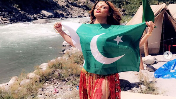 Fact Check:Rakhi Sawant seen embracing Pak flag gets trolled, what is the truth?