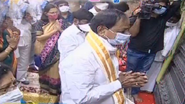 CM KCR performs special pooja at Yadadri temple, reviews construction work