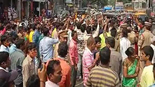 హైదరాబాద్లో హోరెత్తిన వరద బాధితుల నిరసనలు.. కష్టాల్లో ఉంటే కమీషన్లు అడుగుతున్నారని ఆరోపణలు...